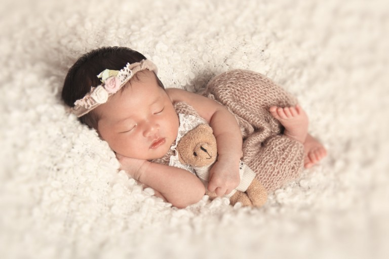 Keep your entire background or accessories on the plain side, like a plain blanket. Dress your baby in simple clothes,